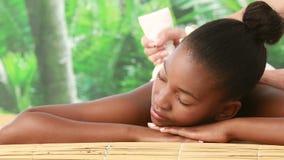 Mujer que disfruta de un masaje herbario de la compresa metrajes