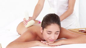 Mujer que disfruta de un masaje herbario de la compresa almacen de video