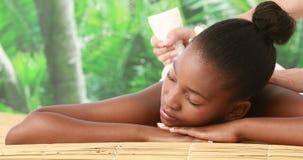 Mujer que disfruta de un masaje herbario de la compresa almacen de metraje de vídeo