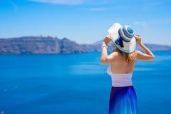 Mujer que disfruta de vacaciones en mediterráneo Foto de archivo