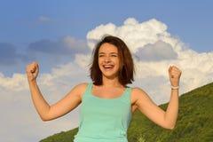 Mujer que disfruta de verano al aire libre y que expresa éxito Imagenes de archivo