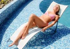 Mujer que disfruta de verano en la piscina foto de archivo