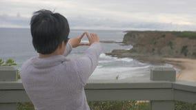 Mujer que disfruta de vista del paisaje australiano de la playa almacen de video