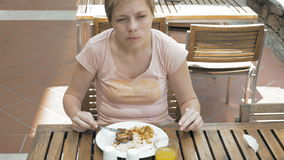 Mujer que disfruta del almuerzo fuera del restaurante o del café almacen de metraje de vídeo
