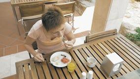 Mujer que disfruta del almuerzo fuera del restaurante o del café almacen de video
