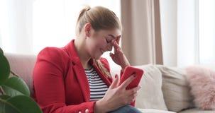 Mujer que disfruta del contenido social de los medios en el teléfono móvil almacen de video