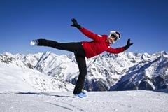 Mujer que disfruta del esquí en las montañas Fotos de archivo libres de regalías