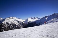 Mujer que disfruta del esquí en las montañas Imagen de archivo libre de regalías