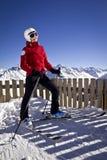 Mujer que disfruta del esquí en las montañas Fotografía de archivo libre de regalías