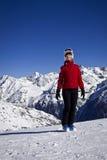 Mujer que disfruta del esquí en las montañas Fotos de archivo
