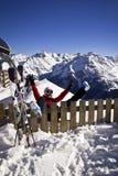 Mujer que disfruta del esquí en las montañas Fotografía de archivo