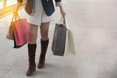 Mujer que disfruta del fin de semana en compras imagen de archivo libre de regalías