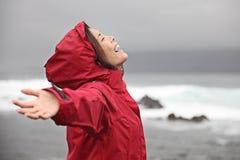 Mujer que disfruta del tiempo de la lluvia Imágenes de archivo libres de regalías