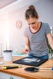 Mujer que duele en lona Imágenes de archivo libres de regalías