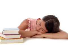 Mujer que duerme con la pista en el escritorio Fotos de archivo libres de regalías