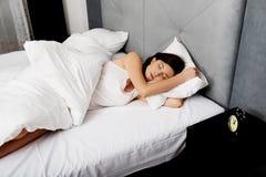 Mujer que duerme en cama Fotografía de archivo