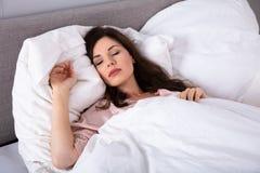 Mujer que duerme en cama imagen de archivo libre de regalías