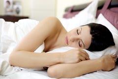 Mujer que duerme en cama rosada hermosa Fotografía de archivo