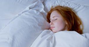 Mujer que duerme en el dormitorio en casa 4k almacen de video