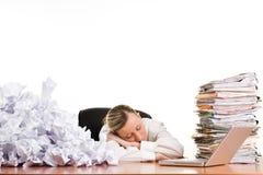 Mujer que duerme en el escritorio Imagenes de archivo