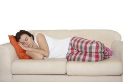 Mujer que duerme en el sofá Imagenes de archivo