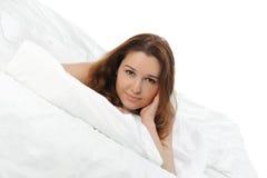 Mujer que duerme en la cama Imagen de archivo libre de regalías