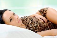 Mujer que duerme en la cama Foto de archivo libre de regalías