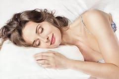 Mujer que duerme en la cama Foto de archivo