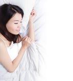 Mujer que duerme en la cama por la mañana Foto de archivo