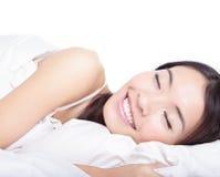 Mujer que duerme en la cama por la mañana Imagenes de archivo