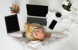 Mujer que duerme en la oficina foto de archivo