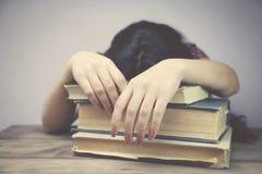 Mujer que duerme en los libros Imagen de archivo libre de regalías