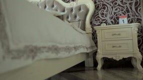 Mujer que duerme en un dormitorio lujoso Muebles de lujo almacen de video