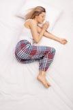 Mujer que duerme en una cama cómoda Fotos de archivo