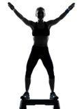 Mujer que ejercita aeróbicos del paso de progresión Foto de archivo libre de regalías