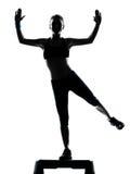 Mujer que ejercita aeróbicos del paso de progresión Imagen de archivo libre de regalías