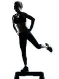 Mujer que ejercita aeróbicos del paso de progresión Fotos de archivo libres de regalías