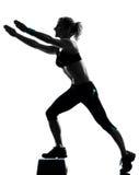 Mujer que ejercita aeróbicos del paso de progresión Fotos de archivo