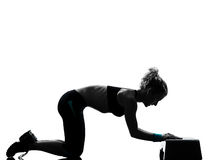 Mujer que ejercita aeróbicos del paso de progresión Imágenes de archivo libres de regalías