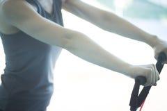 Mujer que ejercita bandas del ejercicio Fotografía de archivo libre de regalías