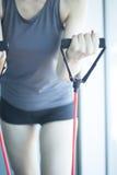 Mujer que ejercita bandas del ejercicio Imagenes de archivo