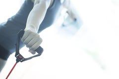Mujer que ejercita bandas del ejercicio Imagen de archivo libre de regalías