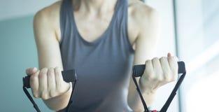 Mujer que ejercita bandas del ejercicio Imágenes de archivo libres de regalías