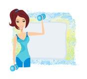mujer que ejercita con dos pesos de la pesa de gimnasia en ella Fotos de archivo libres de regalías