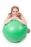 Mujer que ejercita con la bola suiza fotos de archivo libres de regalías