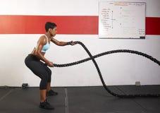 Mujer que ejercita con las cuerdas Imagen de archivo libre de regalías