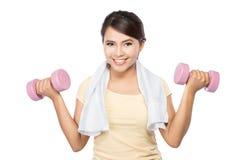 Mujer que ejercita con pesas de gimnasia Imagenes de archivo