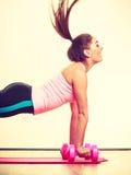Mujer que ejercita con pesas de gimnasia Fotografía de archivo libre de regalías