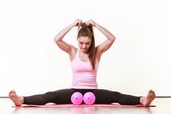 Mujer que ejercita con pesas de gimnasia Imágenes de archivo libres de regalías