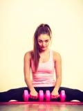 Mujer que ejercita con pesas de gimnasia Fotografía de archivo